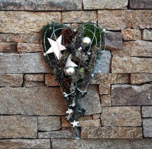 Christmas decoration on the fireplace photo Marina Aagaard