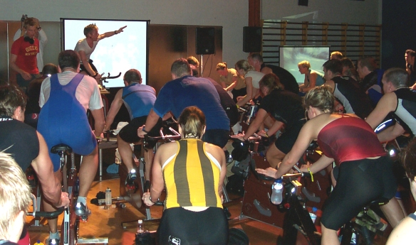 Indendørs holdcykling holdtræning med video cykling