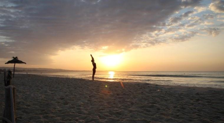 Tunesien_strand_morgen_yoga_solhilsen_Marina_Aagaard