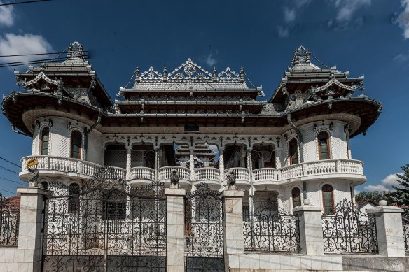 Unique_House_in_Turda_Romania_photo_Henrik_Elstrup
